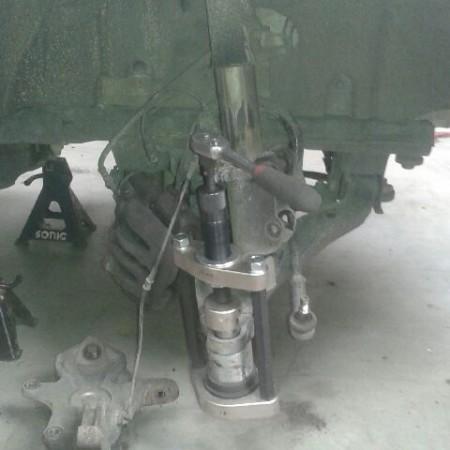 Nouvelle presse pour extraire des rotules sur place sans dépose des bras de suspension
