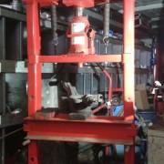 Remplacement d'un roulement de moyeu, presse embarquée dans notre véhicule atelier